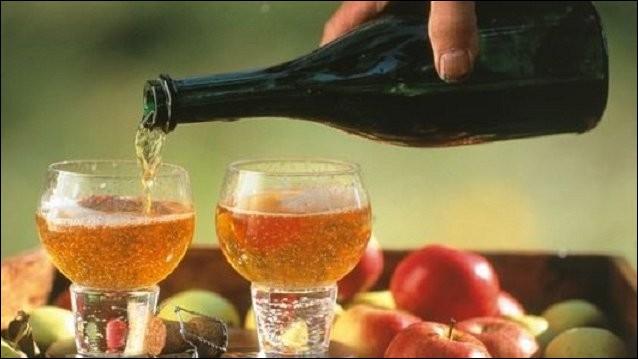Commençons par une des boissons phares : le cidre. Cet alcool (à consommer avec modération bien sûr) est fabriqué à partir de pommes. En France, trois régions se disputent le marché. Bien entendu il y a la Bretagne et la Normandie, mais quel est le numéro trois ?