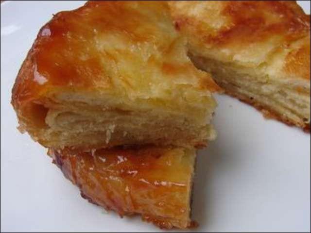 """Voici le meilleur gâteau du monde, le kouign amann ! Oui je l'avoue, je ne suis pas très objective, mais ce """"gâteau au beurre"""" est vraiment délicieux ! D'ailleurs, quelle ville bretonne est le berceau de ce gâteau ?"""