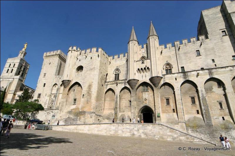 Dans quelle ville du Vaucluse se trouve le palais des papes ?