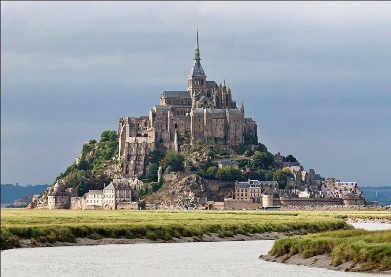 Quelle commune qui tire son nom de l'îlot rocheux le plus visité de France se trouve en Basse-Normandie ?