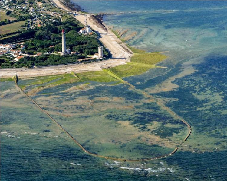 Comment se nomme l'île située dans l'océan Atlantique et qui est rattachée au Poitou-Charentes ?