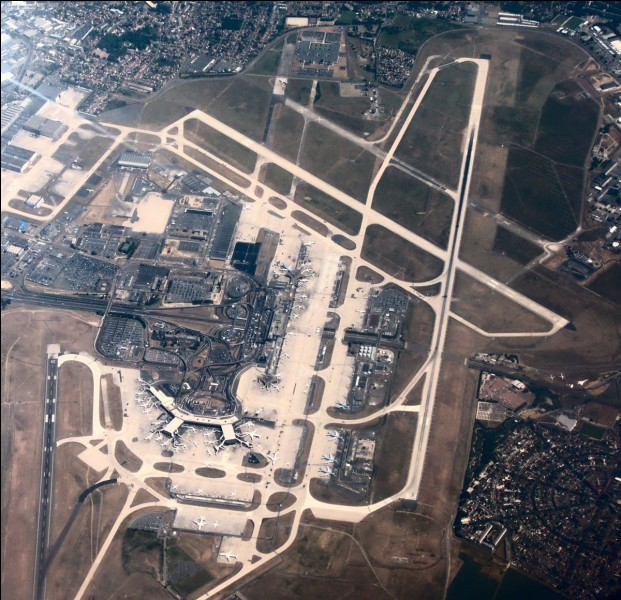 Quel aéroport, le deuxième plus important de France, se situe à 14 km au sud de Paris ?
