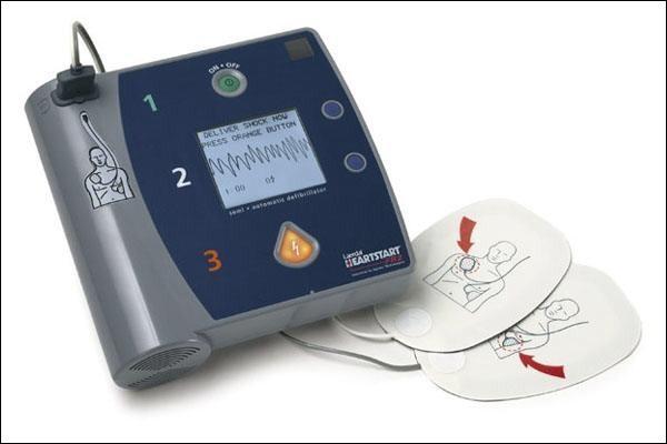 """Vous devez effectuer un massage cardiaque. Cependant le défibrillateur semi-automatique que vous possédez affiche les lettres """"R.C.P"""". Qu'est-ce que cela signifie ?"""