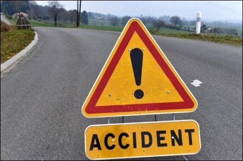 Vous êtes au volant et le véhicule en face de vous a un accident. Vous vous garez sur la bande d'arrêt d'urgence à l'avant du véhicule accidenté et puis ensuite vous...