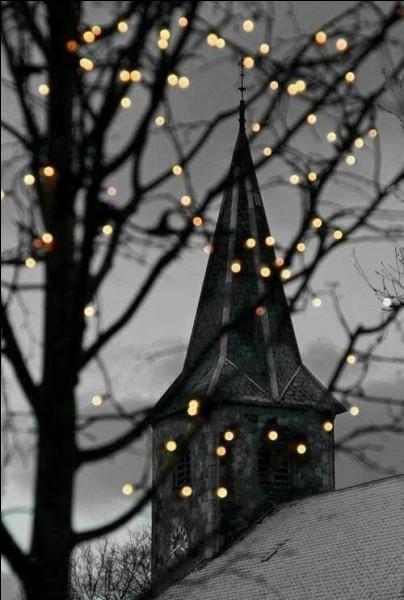 """Qui chantait """"Il est six heures au clocher de l'église, dans le square les fleurs poétisent, une fille va sortir de la mairie..."""" ?"""