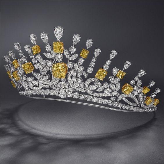 """Objet d'un célèbre vol en 1792, quel est ce diamant bleu de la Couronne de France légendaire, de 112 carats, appelé """"diamant maudit"""" qui porta malheur à tous ses propriétaires ?"""