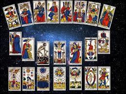 Le tarot divinatoire utilise les cartes du tarot de...