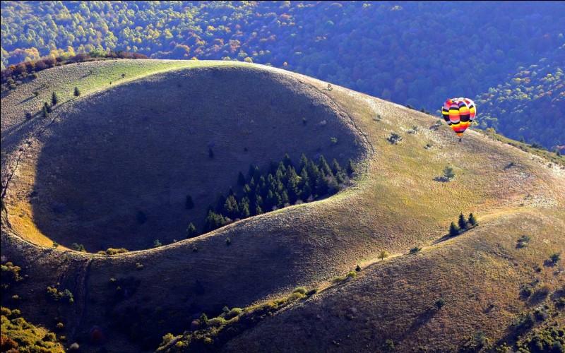 Dans quelle région de France se trouve le plus grand parc naturel d'une supeficie de 389 733 hectares ?