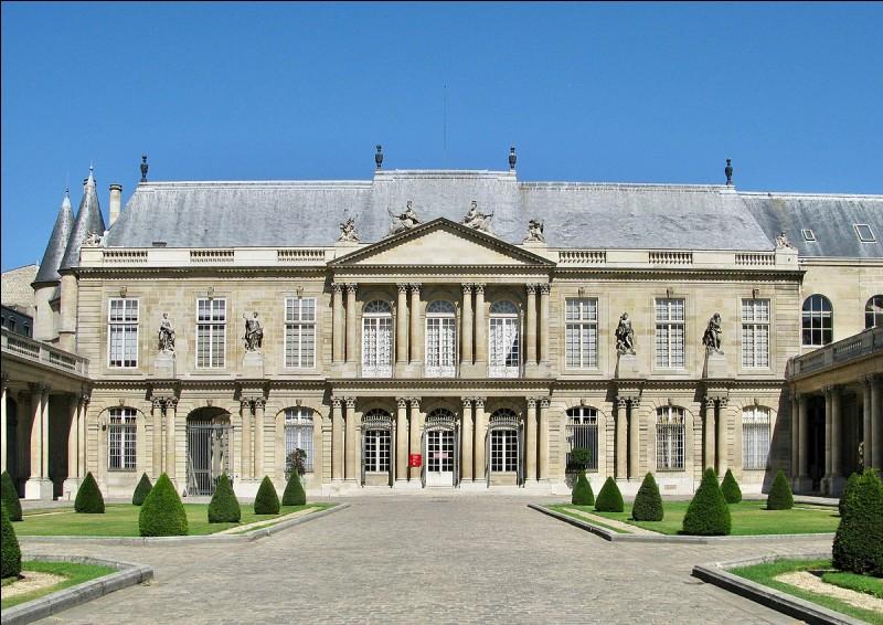 Dans quel bâtiment parisien se situe le siège des Archives nationales ?