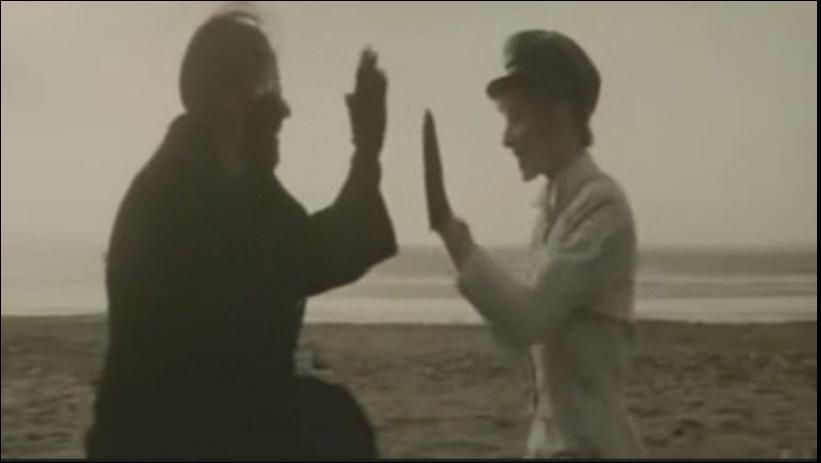 Dans quel clip pouvons-nous voir Mylène faisant un jeu de mains ?