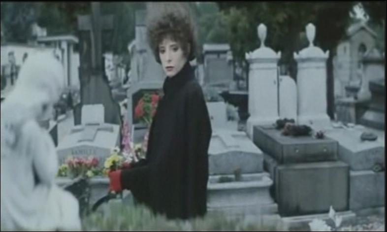 Dans quel clip pouvons-nous voir Mylène regardant des tombes dans un cimetière ?