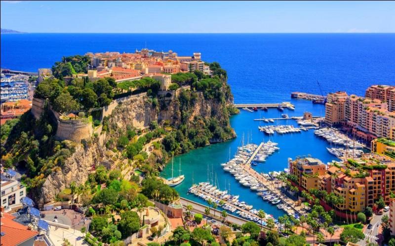 Je suis située à 14 km de la principauté Monaco.