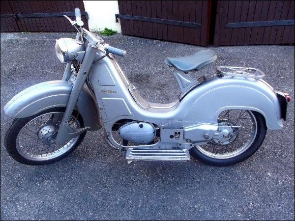 Pas encore un scooter, plus tout à fait une mobylette (112 cc), mais français ! Quel constructeur conçut la « Dolina » en 1958, un an avant sa fermeture ?
