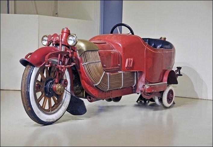 Bon, ce n'est pas une moto, ni un side-car, ni une auto, ni un traîneau... Ce prototype était doté d'un V8 de 6 300 cc et pesait 1,5 t ! Qui a osé fabriquer ce « Bi-Autogo » en 1913 ?