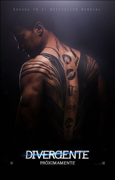 Il possède un énorme tatouage dans le dos.