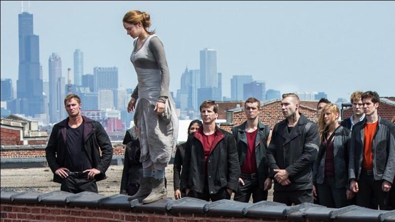 Uriah est le premier membre à sauter du toit de l'immeuble.
