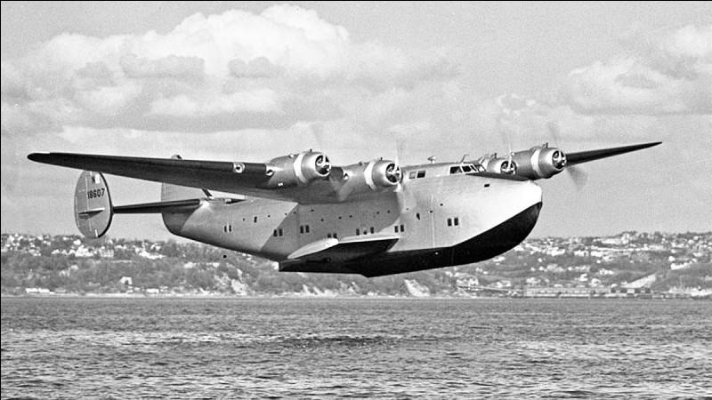 Terminons par un hydravion quadrimoteur : appelé Clipper, ce appareil a été mis en service en 1939 par la Panam pour traverser les océans avec 60 passagers. Quel est cet avion ?