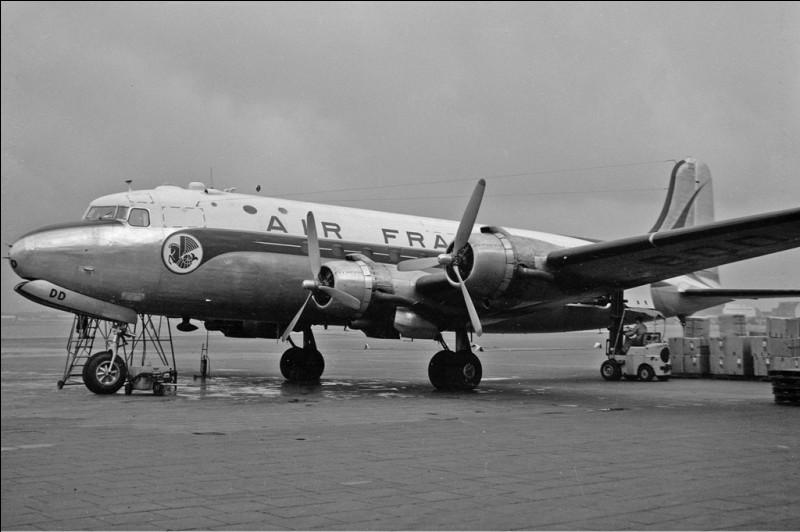Mis en service en 1942, cet appareil est massivement utilisé, dans sa désignation militaire C-54, au cours de la seconde guerre mondiale. Il équipe ensuite de nombreuses compagnies aériennes en 1946 et joue un rôle important lors du blocus de Berlin. Quel est cet avion ?