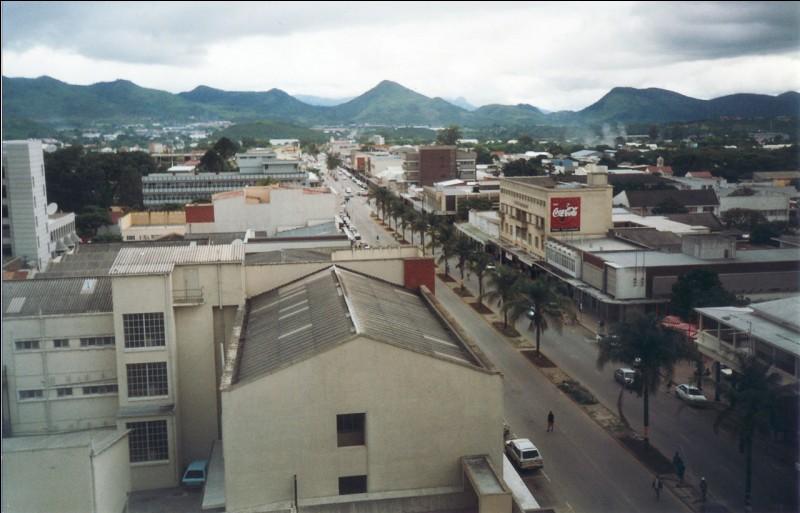 Mutare est une ville de l'est du/de la :