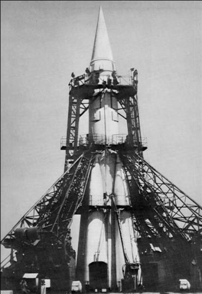 En ____, la petite Laïka fut le premier chien à être envoyé dans l'espace à bord du satellite russe Spoutnik 2.