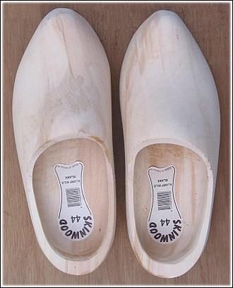 """Dans un passage très drôle de la pièce de Georges Feydeau """"Un fil à la patte"""", quelle «chaussure» est évoquée à son corps défendant par le dénommé Bouzin?"""