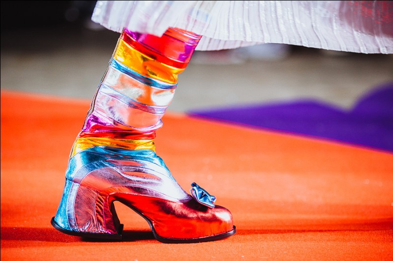 C'est dans une ravissante chaussure géante, que ce trio d'artistes chante du disco . Dans quel film est-on ?