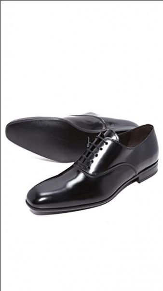Celui-ci échange vicieusement ses slippers vernis avec les chaussures plus confortables d'un compagnon d'infortune...