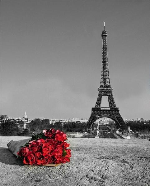 Où se situe, à Paris, le point zéro matérialisé par une dalle ?