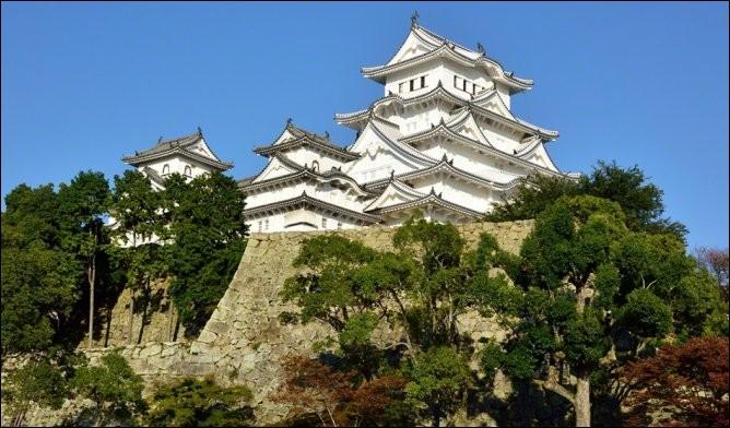 1601, c'est l'année de construction du château de Himeji (préfecture de Hyôgo). Lui aussi a un nom en rapport avec sa parure immaculée. Lequel ?