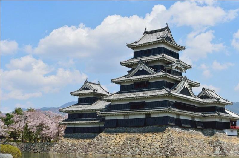 Voici le château de Matsumoto (préf. de Nagano). L'année de sa construction ? Celle du siège de Paris (infructueux, sauf pour les quelques 40 000 morts) par Henri IV... Alors ?