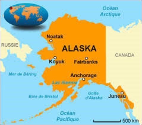Devenu 49e État, le 3 janvier 1959, l'Alaska est la région la plus septentrionale du pays, ainsi que la plus étendue avec une superficie de 1 717 854 km². Ne comptant que 731 449 résidents, elle est également l'une des moins peuplées des États-Unis. Signifiant ''grande terre'' ou ''continent'' en aléoute, langue de la famille eskimo-aléoute : quel est le nom de la ville-capitale de cet État ?