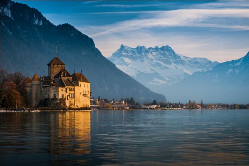 Quel lac occupe une partie de la Suisse et de la France, en Haute-Savoie ?