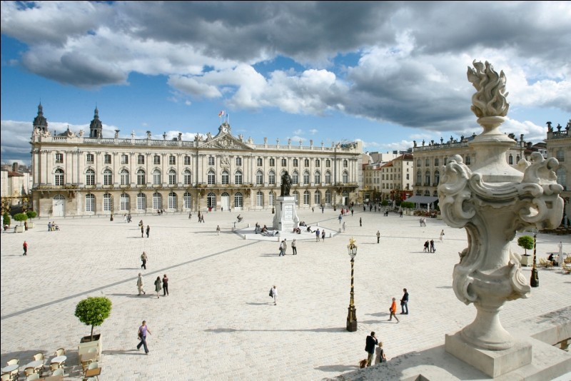 Quel nom porte la place la plus connue et la plus importante de Nancy dans la région Grand Est ?