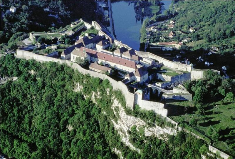 Dans quelle ville de l'Est une citadelle surplombant la ville illustre l'importance défensive que lui accordait Louis XIV ?