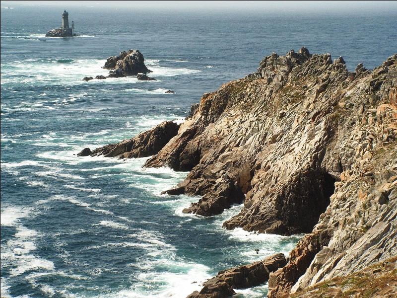 Comment se nomme le cap rocheux de notoriété internationale situé dans le Finistère ?