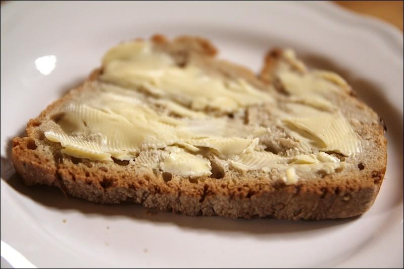 Quelle délicieuse tranche de pain beurrée ! Son nom rime avec l'une des deux confiseries proposées. Laquelle ?