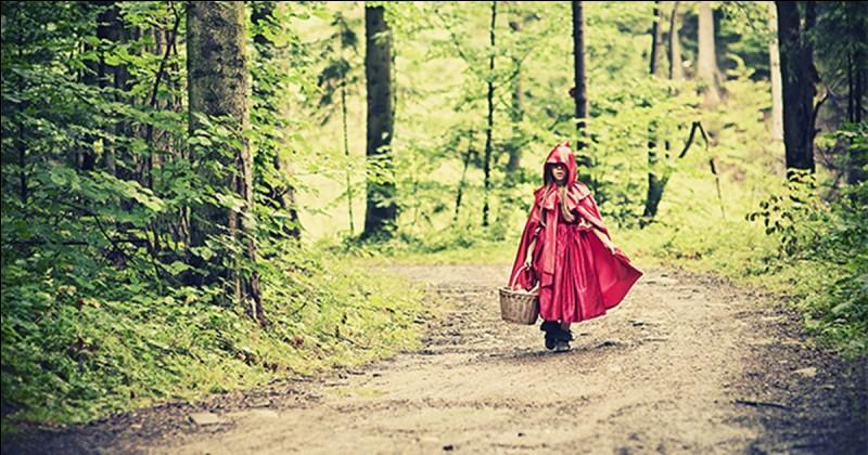 """Dans """"Le Petit Chaperon rouge"""", quelles sont les paroles de mère-grand pour expliquer comment ouvrir la porte ?"""