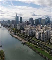 Albertine habite à Courbevoie (Hauts-de-Seine). Elle porte alors le gentilé ...