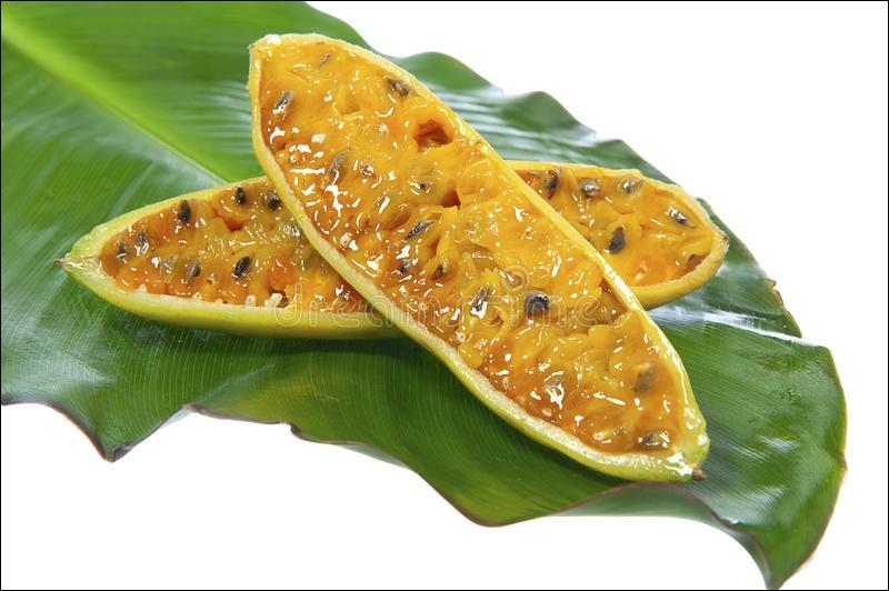 Comment se nomme ce fruit qui ressemble à une petite banane et qui est aussi appelé curuba en Amérique latine?