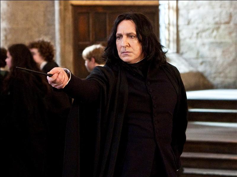 Alors que notre trio s'est installé dans la cour et que Harry lit son livre, quel prétexte Rogue trouve-t-il pour retirer cinq points à Gryffondor ?
