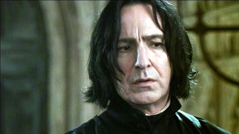 Harry remarque d'ailleurs à cet instant que Rogue boite. Lorsqu'il se rend dans la salle des professeurs pour récupérer son livre, Rogue examine sa blessure à la jambe, causée par le chien à trois têtes. Il se trouve alors en compagnie de...