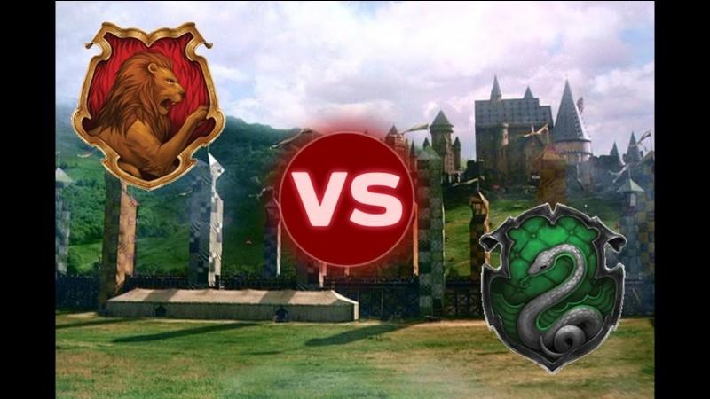 Harry est plutôt anxieux à l'idée de disputer son premier match de quidditch. À la sortie des vestiaires, il voit que ses amis ont déployé une banderole, sur laquelle il est écrit :