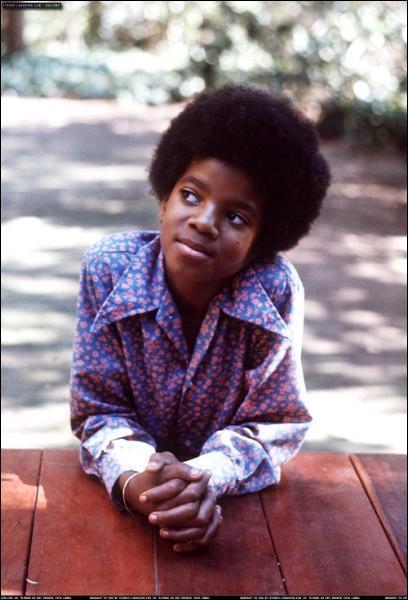De quel instrument jouait Michael Jackson à ses débuts dans le groupe ?