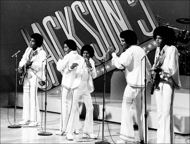 A quel âge Michael Jackson a-t-il rejoint le groupe formé par ses frères ?
