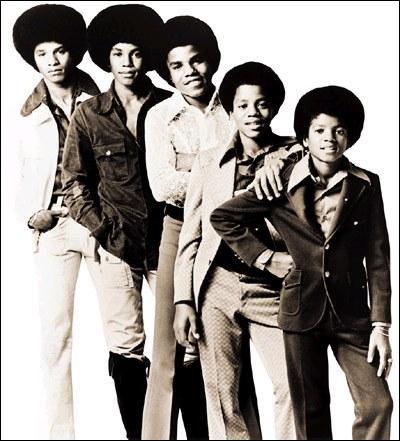 En quelle année Michael Jackson et ses frères ont participés à leur premier concour de jeunes talents ?