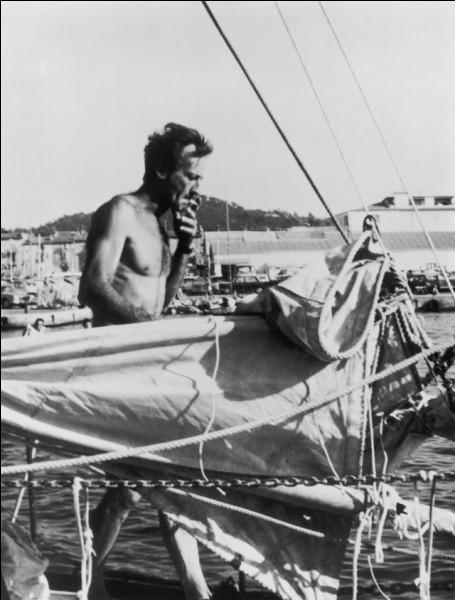 En 1968, il participe à la première course autour du monde, en solitaire et sans escale, le Golden Globe Challenge. Alors qu'il est annoncé vainqueur, il renonce à franchir la ligne d'arrivée, abandonne la course et continue, toujours sans escale, en direction de l'océan Indien. Qui est-il ?