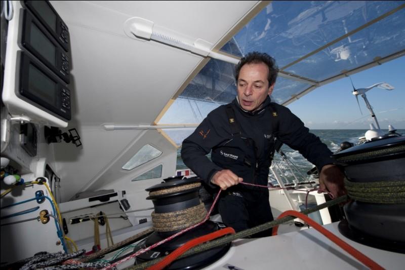 Sur le Vendée Globe 2008, Marc Guillemot se porte au secours d'un concurrent en difficulté 200 kms en arrière. Qui était ce concurrent ?