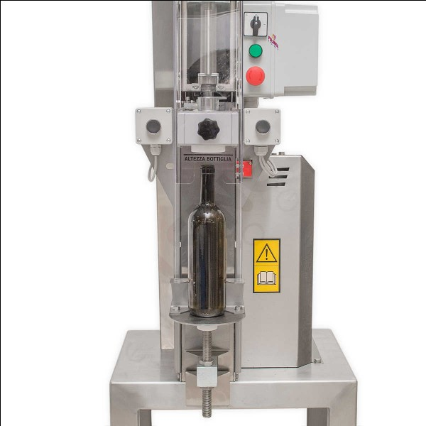 Comment s'appelle la machine qui sert à insérer les bouchons dans les bouteilles en verre ?