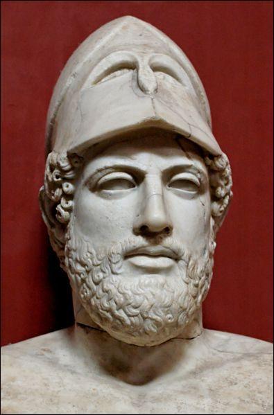 Ce couvre-chef unique fait de moi un homme que l'on reconnaît de loin. Je mourus de la peste à Athènes en 429 av. JC. Qui suis-je ?