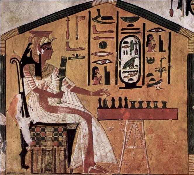 Voici un senet, un jeu égyptien antique. L'image que vous voyez à été retrouvée dans la tombe d'une pharaonne, elle représente la défunte en train de jouer à ce jeu.Mais qui est la pharaonne en question ?